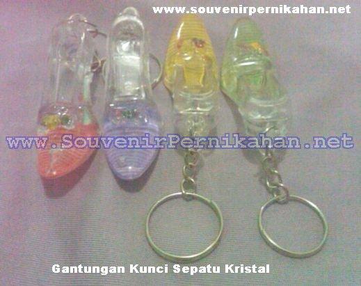 gantungan kunci kristal sepatu