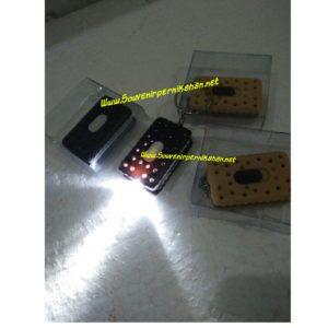 Souvenir pernikahan gantungan kunci biskuit led